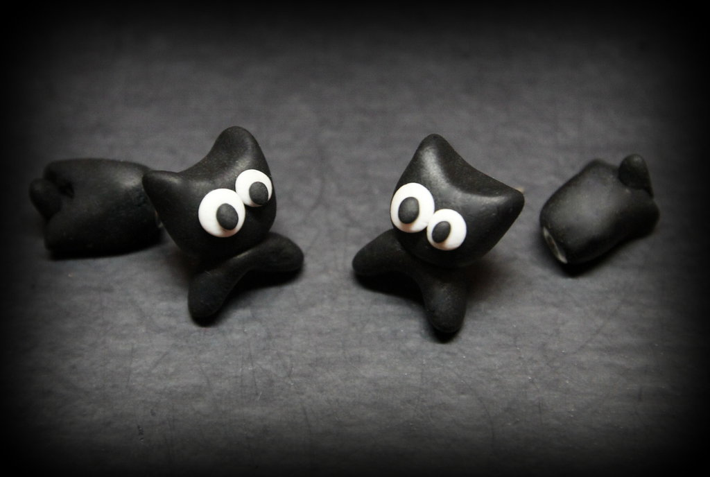 orecchini gatti| gatto nero fimo| orecchini chiodino| gatto nero| orecchini chiodini gatto nero| orecchini faccina gatto