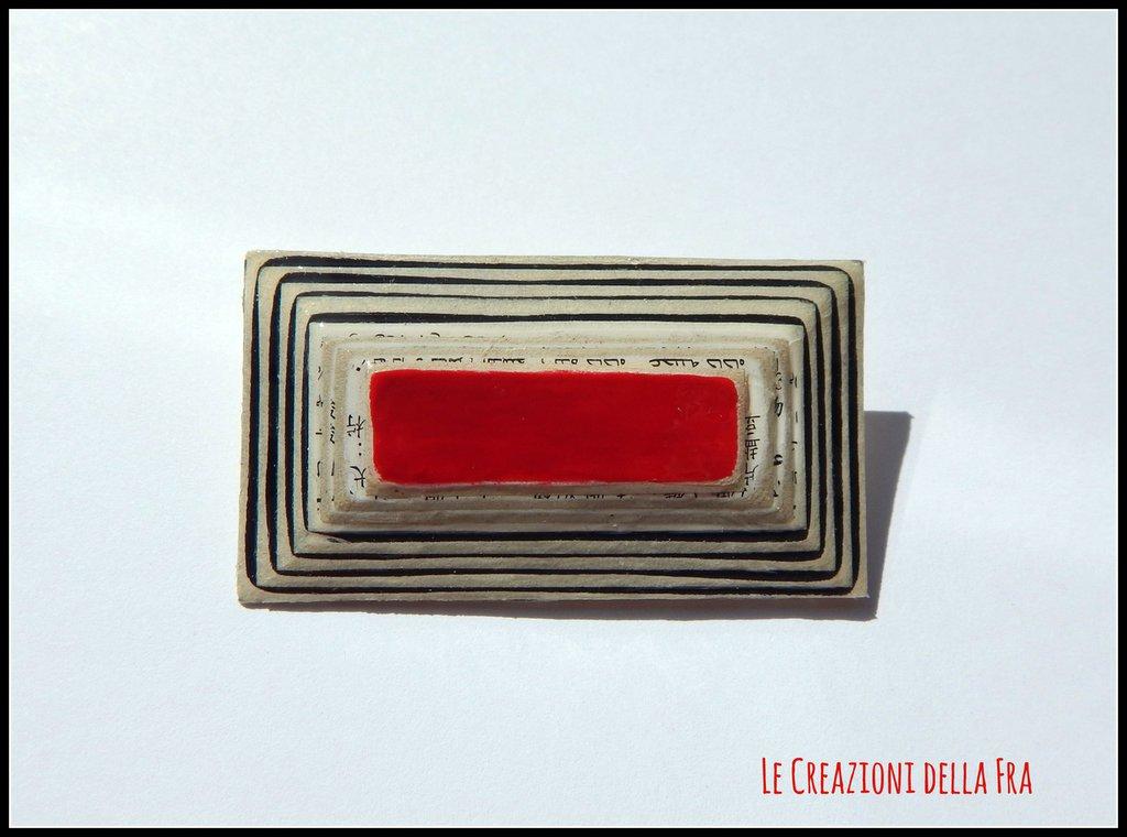 Spilla rettangolare IN CARTONCINO RICICLATO - bianco, nero e rosso
