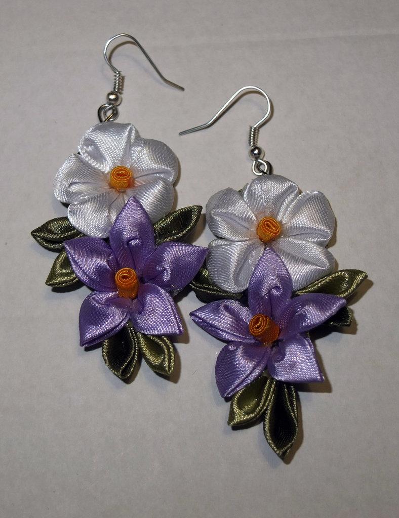 Orecchini kanzashi con fiori bianchi e lilla 1