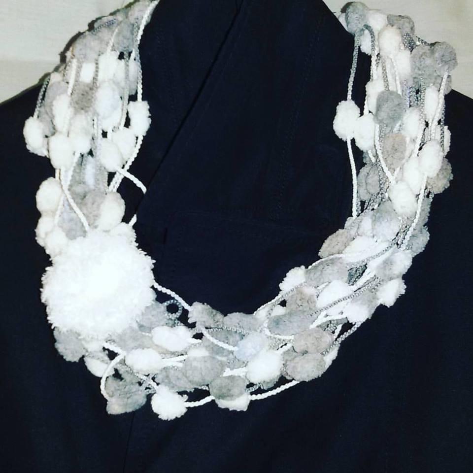 Sciarpa collana fatta a mano con lana pon pon