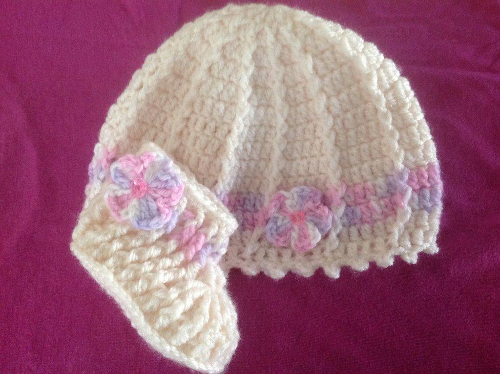 Capellino e scarpine neonato in misto lana