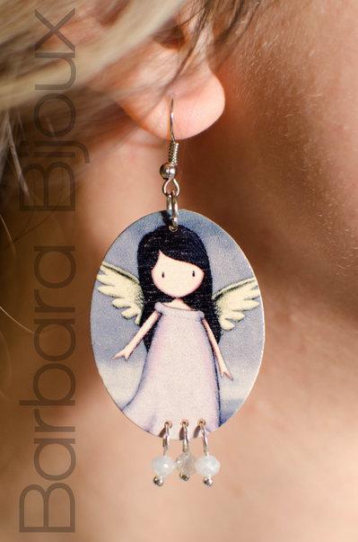 Orecchini legno ovali bambola Gorjuss ali e perle, idea regalo.