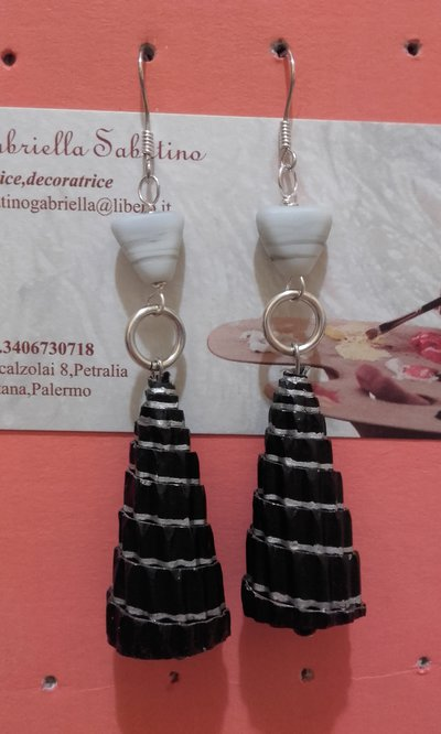 Orecchini pendenti con perla conica in carta nera-argento