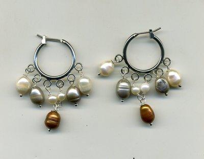 Orecchini a cerchio con perle di fiume bianche, grigie e bronzo, montate a cascata
