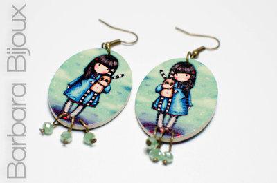 Orecchini legno ovali bambola Gorjuss con pupazzo e perle di vetro, idea regalo.