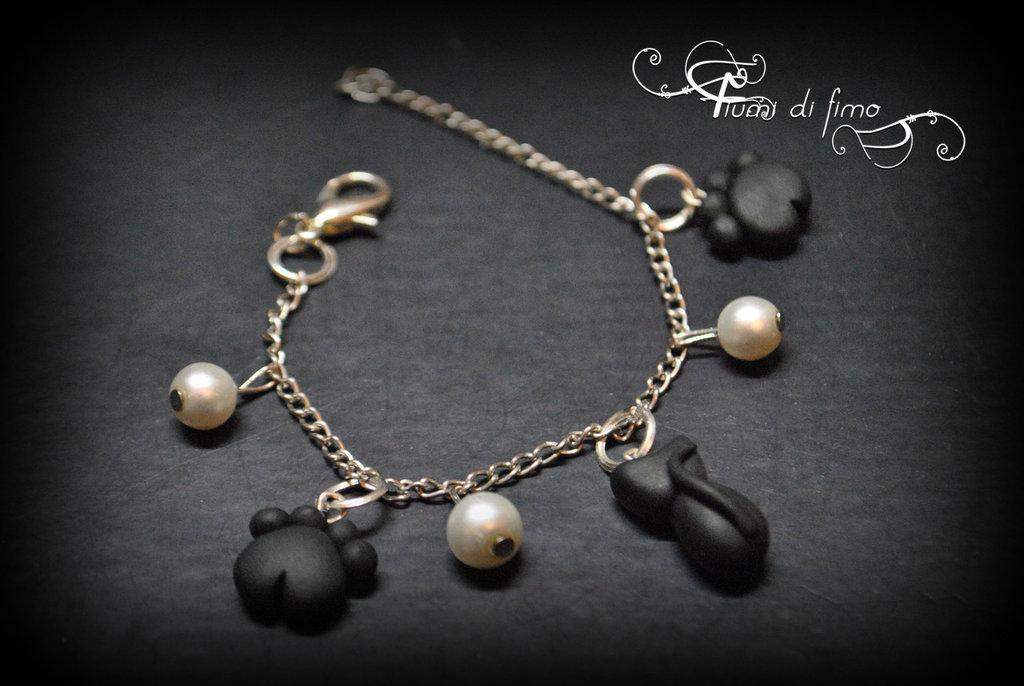 bracciale fimo  bracciale gatto nero  bracciale zampette  bracciale perle  bracciale ciondoli fimo  polymerclay bracelet  gioielli fimo  gioielli gatto nero  gatto nero fimo  zampette fimo