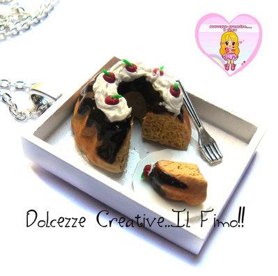 Collana ciambellone alla vaniglia con glassa al cioccolato, panna e ciliegie - handmade kawaii