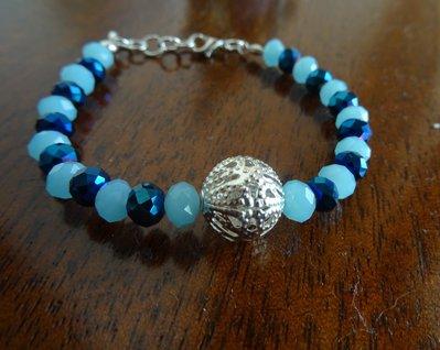 Bracciale con mezzi cristalli blu e celeste e perla intarsiata