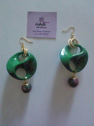 Orecchini con elemento in resina a due buchi verde, con pallina abbinata