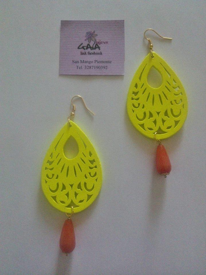 Orecchini con goccia in legno giallo limone, goccia in giada colorata arancione
