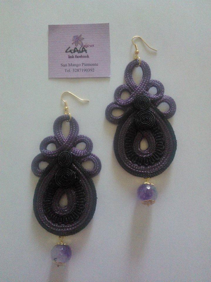 Orecchini con elemento in passamaneria viola e nero, pallina pendente in agata viola