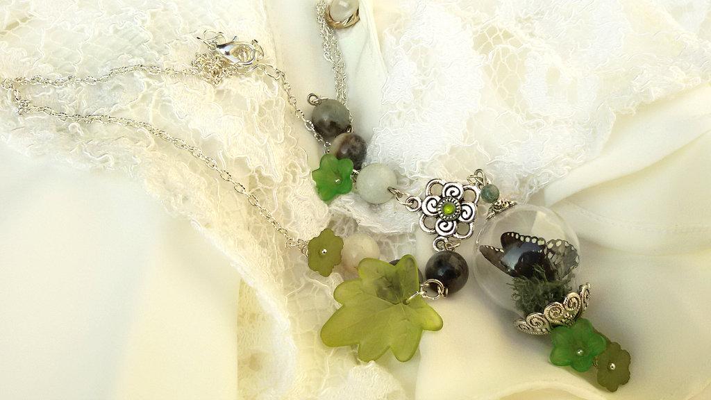 Collana farfalla ampolla licheni realistica terrario verde  perle acquamarina fatta a mano