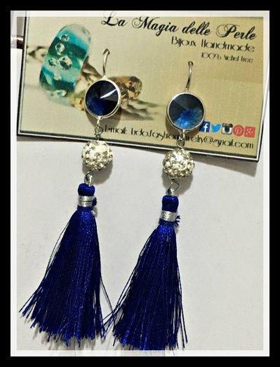 Orecchini pendenti con nappine blu