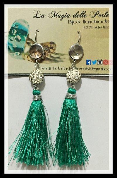 Orecchini pendenti con nappine verdi