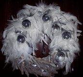 Ghirlanda natalizia con piume bianche e decori in vetro