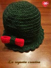 Cappello con fiocco rosso