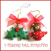 "Orecchini Natale "" Fufuorsetto che esce da teiera e agrifoglio "" orso orsetto the di ad Natale poinsettia fimo cernit bijoux Natalizi Kawaii clip idea regalo ragazza"