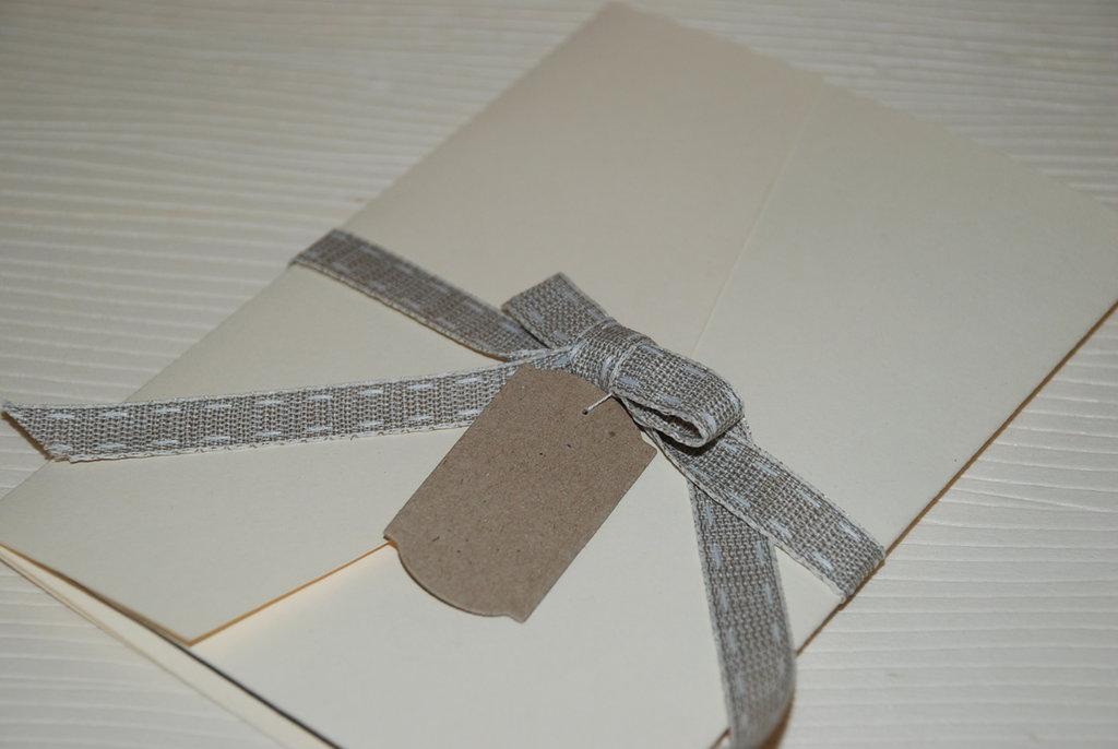 Partecipazione in stile shabby chic con foglio traslucido (vellum).