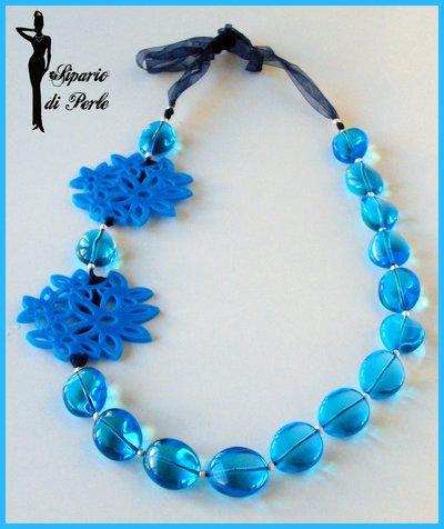 Collana in vetro bluette e fiori in plexiglass