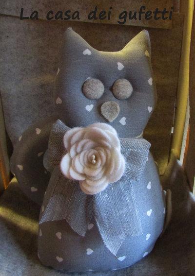 Gatto fermalibri in stoffa grigia con cuori bianchi