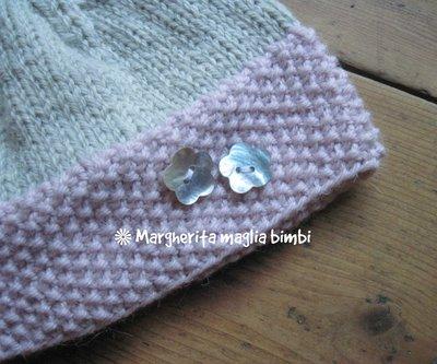 ... Cappello - cuffia - berretto bambina grigio e rosa con fiori in  madreperla fatto a mano ... f4db32382127