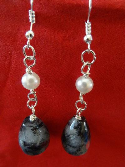 Orecchini con pietra nera e perla bianca