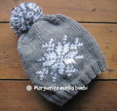 Berretto cappello fiocco di neve fatto a mano in pura lana merino con pon pon