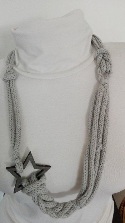 Collana grigia con stella