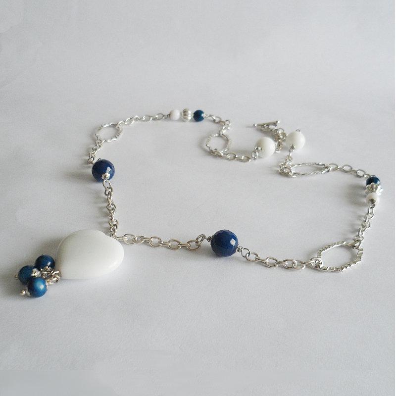 Collana bianca e blu con pendente cuore di agata