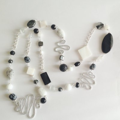 Collana sautoir bianca e nera lunga