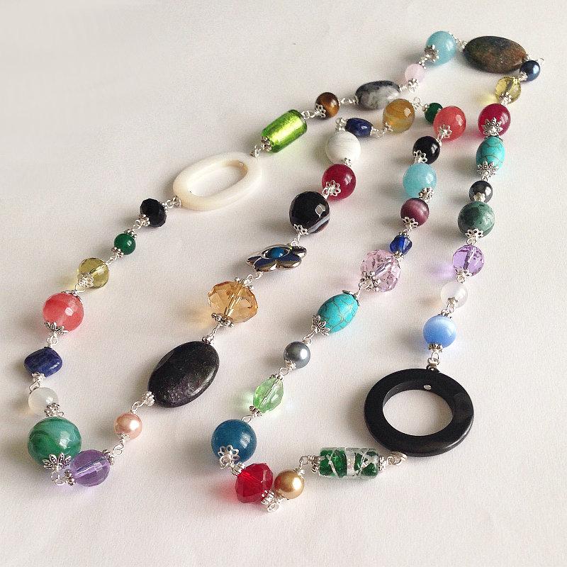 Collana lunga colorata con pietre dure