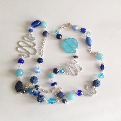 Collana lunga con pietre azzurre e blu