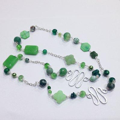 Collana verde lunga con pietre dure e vetro
