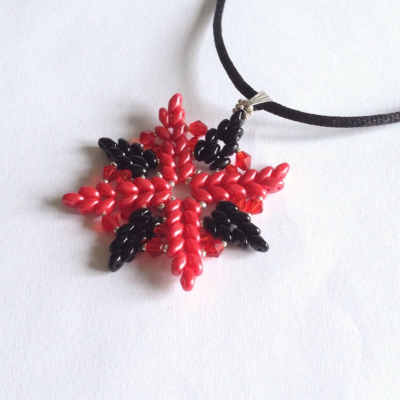 Ciondolo Crystal rosso e nero a stella con perle di vetro