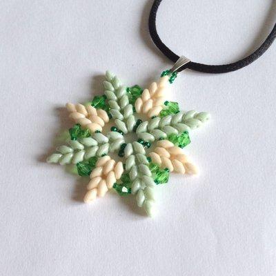Ciondolo Crystal verde e beige a stella con perle di vetro