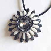 Medaglione Corolla floreale bianco e grigio scuro con Crystal Swarovski
