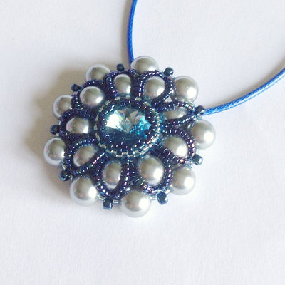 Medaglione Pearly floreale perle grigie