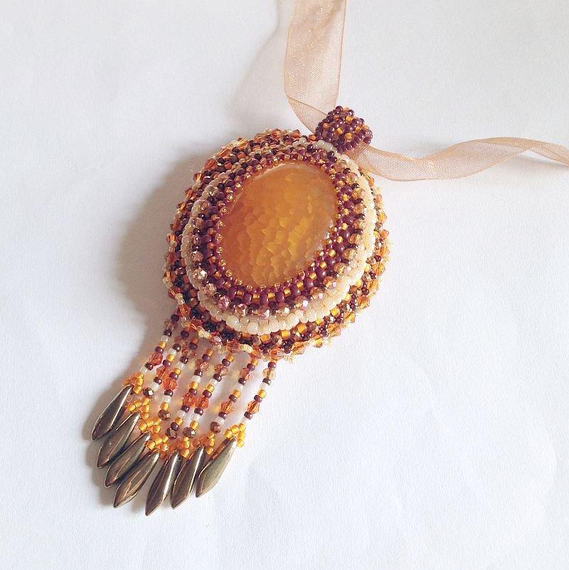 Medaglione embroidery arancione con agata striata