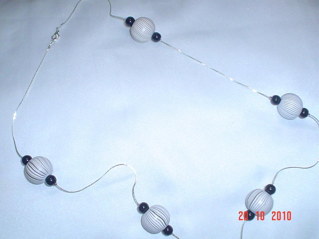 Collana bianca/nera