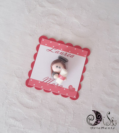 Card Art etichetta segnaposto bomboniere laurea quadrate smerlate con laurendo, laureanda, dolline