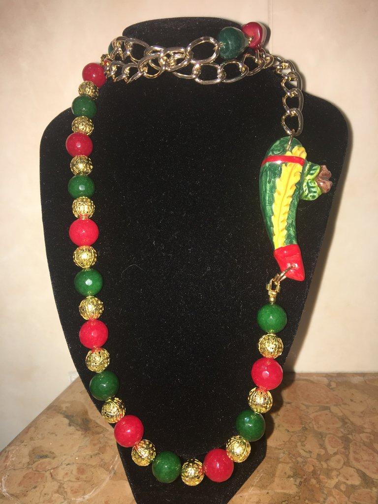 Collana di pietre dure rosse e verdi con inserto in ceramica.