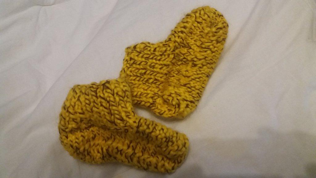scarpette di lana gialla von filo marone