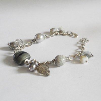 Bracciale di vetro grigio con ciondoli