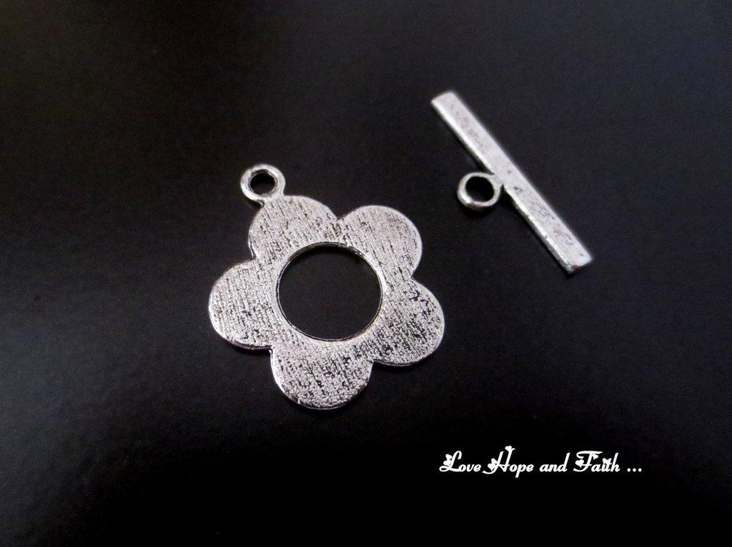 """Chiusura a """"T"""" color argento """"fiore""""  (20x25mm) (cod.00436)"""