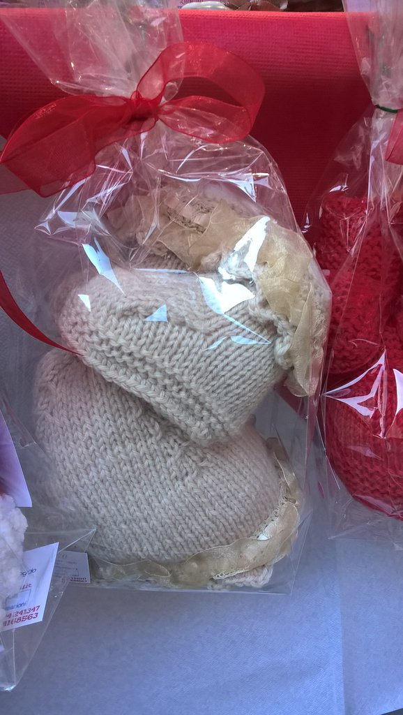 Set bimba 6-9 mesi berretto e stivaletti in lana beige con balza