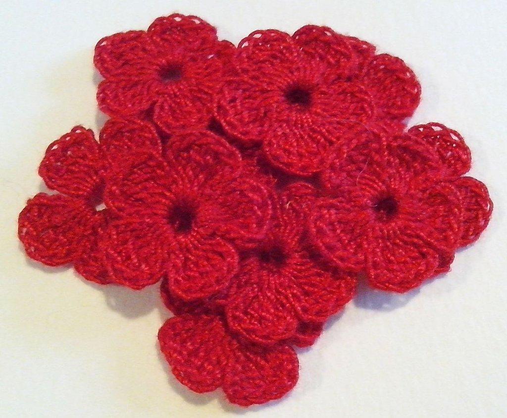 10 Mini Fiori a uncinetto per applicazioni / Set di 10 fiori /Scrapbooking / Fiori rossi.