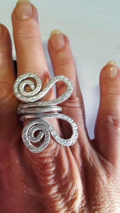 Anello regolabile  in alluminio battuto a forma di farfalla