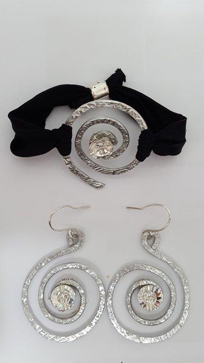 Orecchini in alluminio battuto con bottone Rivoli Swarovski color Cristal