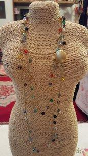Collana lunga (2 o 3 giri) crochet all'uncinetto con cristalli colorati e chiusura con bottone