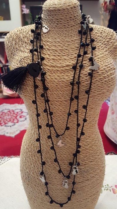 Collana lunga (2 o 3 giri) crochet all'uncinetto con cristalli neri, chiusura con bottone e charms in acciaio